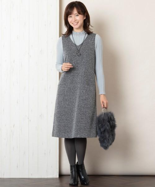 大人フェミニンなスタイルが叶うジャンパードレス。ストレッチ入りで優しい着心地が魅力です。ニュアンスグレーでまとめたお出かけスタイルです。