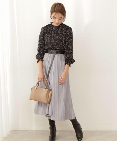 10月号_美人百花にも掲載されたスタイリングの色違いコーデ♪ ブラックドット&ブループリーツスカートなんら、可愛いだけじゃない大人の印象に、太いベルトでウエストマークすればスタイルUP見せも叶います♪