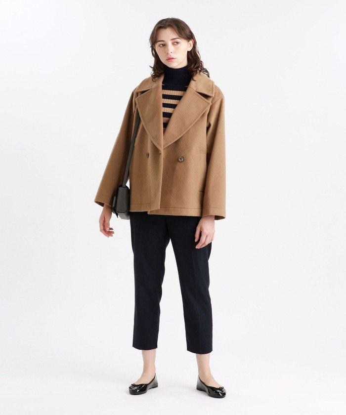 大きめの衿がポイントのPコートジャケット。トレンド感のあるオーバーサイズかつ、女性らしいすっきりとしたシルエットに仕上げました。スカートにもパンツにも合わせやすい絶妙なレングスです。