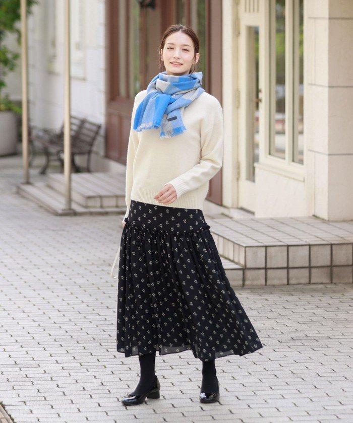 フェミニンなスノードロップ柄のギャザースカート。白ニットと合わせて爽やかなコーディネート。ブルーのマフラーをアクセントに。