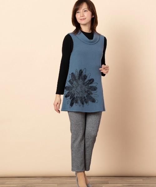 大胆な刺繍がお洒落なベストスタイル。カットソーだけでなくシャツとのレイヤードもオススメです。