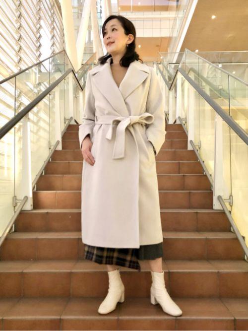 大きめの襟がクラシカルなラップコートは、軽くて暖かいアンゴラ素材。お出かけスタイルからカジュアルまで幅広くお召しいただけます。ロング丈でもあまり重さを感じず着心地の良さでも大満足のアウターです!9号サイズを着用。  玉川高島屋SC  MODEL:H164cm