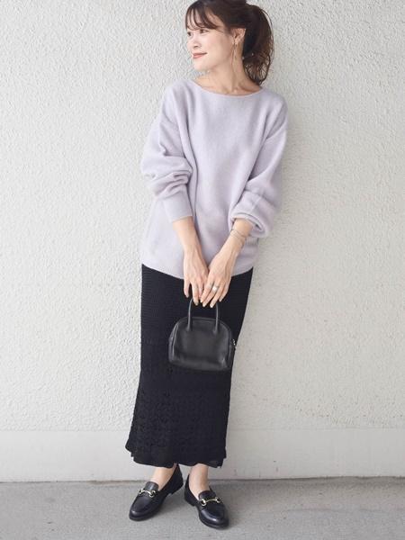 コクーンシルエットで切り替えのデザインがポイントのニット スカートの抜け感と、ニットのパステルカラーが女性らしいコーデです☆