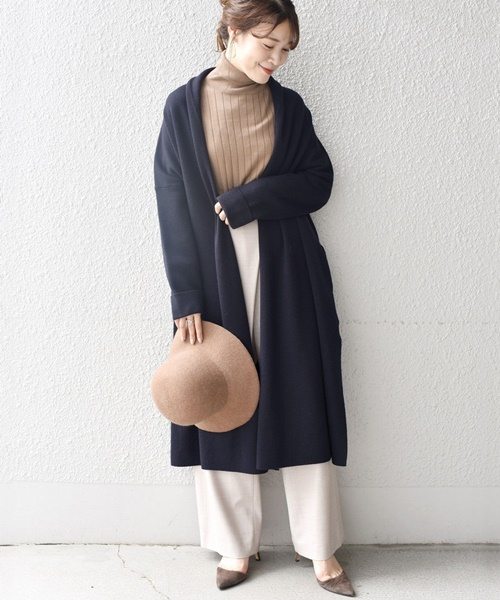 品のあるキャメル×ネイビーコーデ 絶妙な丈感できれい見えするネイビーのニットコートは、1着あると重宝します◎