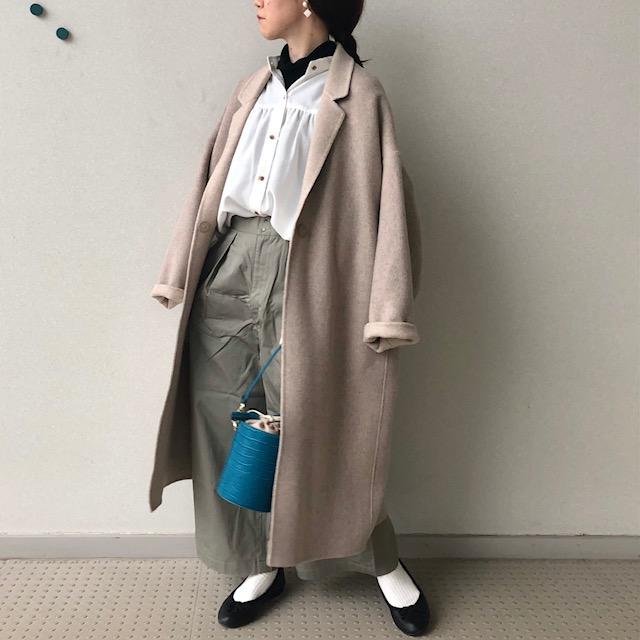 羽織ったコートはこだわりのファーストラムウールを使用しており  柔らかさと、ロングコートとは思えない軽さがポイントです。