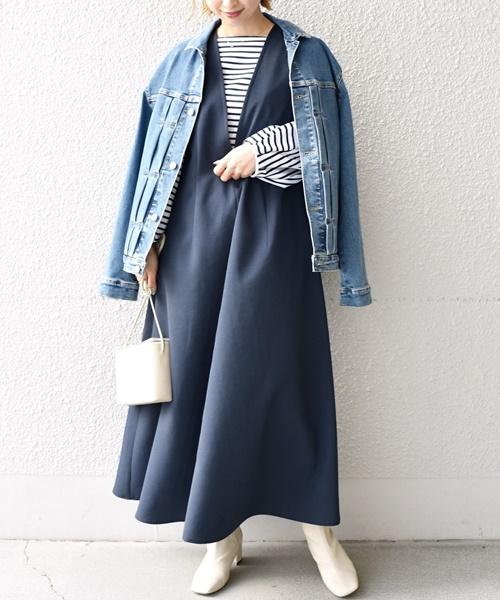 美シルエットのジャンパースカート 深くあいたVの胸元とスカートのフレア感が、大人の女性らしい雰囲気を演出してくれます◎