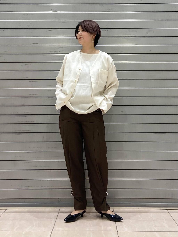 ベストとシャツがセットでお得感のあるトップス! ロンTだけどブラウスのようなサラッとした素材感で綺麗めにも合います! ベストとカットソーを別々で着ていただいても◎ パンツは裾を絞れるタイプなので気分でデザインを変えていただけるアイテムです!