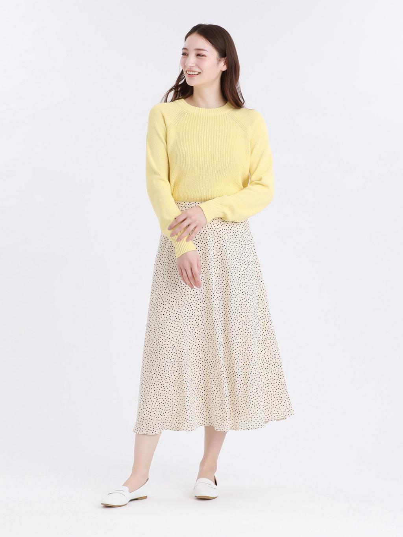 ドット柄スカートにコンパクト感がバランスのいいニットを合わせたイエローカラーコーデ。 足元はフレッシュなホワイトカラーのフラットシューズで春らしく。