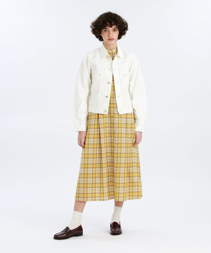 すっきりとしたフロントデザインが特徴のデニムジャケット。バストから裾までストンと落ちるボックスシルエットです。