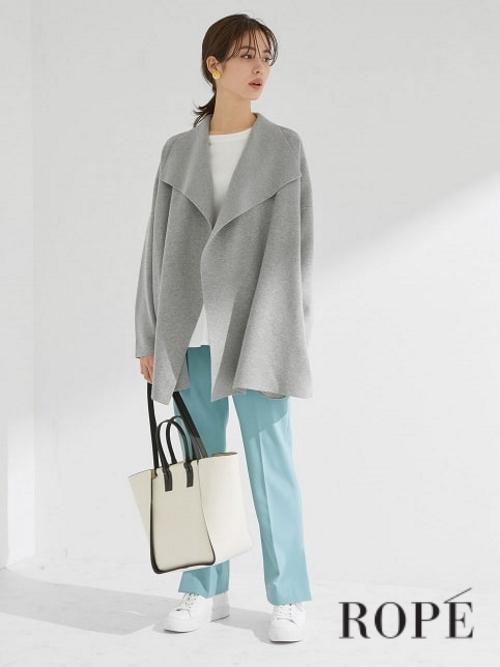 アウターのように着られるソフトカーディガンをさっと羽織って。 すっきりしたストレッチパンツやデニムパンツなどと合わせるとモダンな印象に。