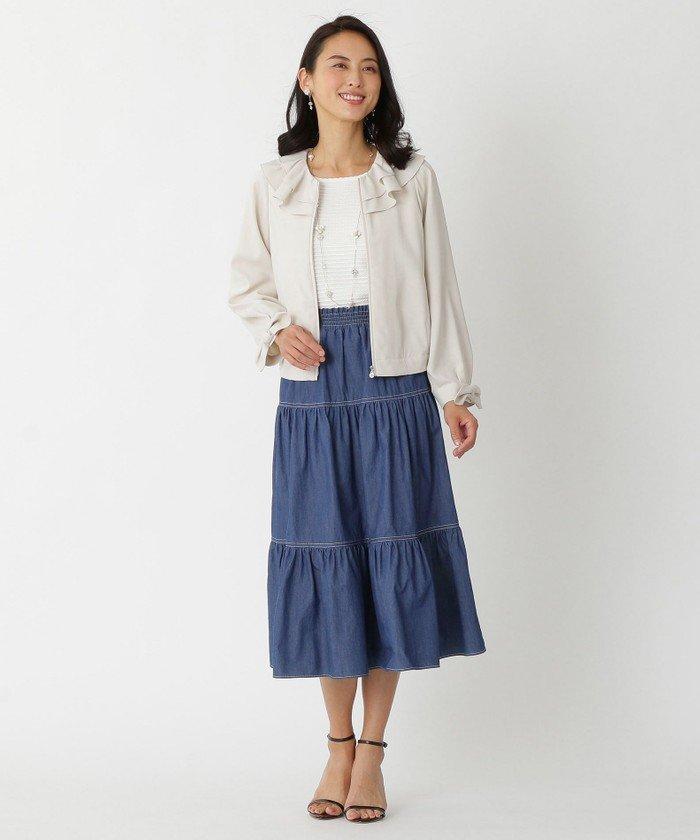 華やかな2枚重ねのラッフル襟のブルゾン、袖にダーツを入れて少し丸みを出しています。ショート丈なのでティアードスカートとバランス◎