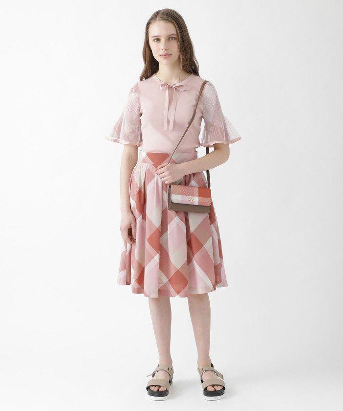 細身のトップスなのでボリュームのあるクレストブリッジチェック柄のスカートを合わせてバランスよく♪プリーツ加工をしたチュールを重ねた袖も際立ちます