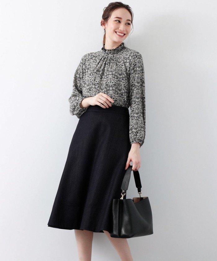 スタンドカラーのフリルやパフスリーブが女性らしいブラウスをAラインのスカートと合わせました。トップスをインにしてコンパクトに纏めるとバランス良くなります♪