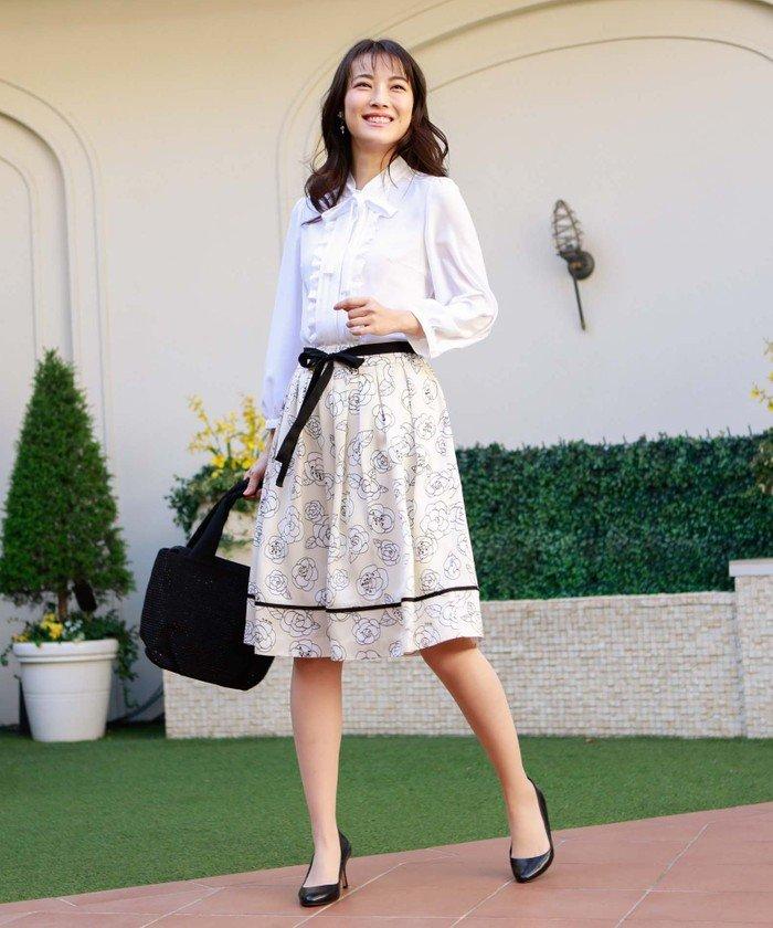 フレアスカートとフリルがたっぷりのホワイトシャツを。ウエストと裾の切り替えの黒のラインが甘さを少し引き締めてくれます。ベージュ系のバッグもおすすめ!