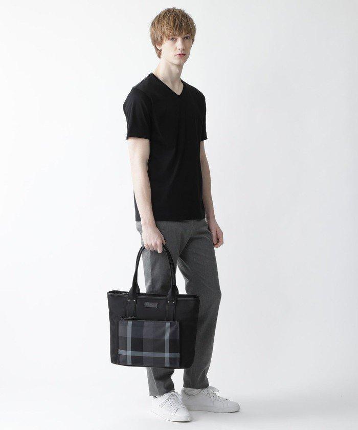 トーナル調のクレストブリッジチェックがポイントのトートバッグ。コーディネイトに馴染みやすく、おしゃれなバッグ。