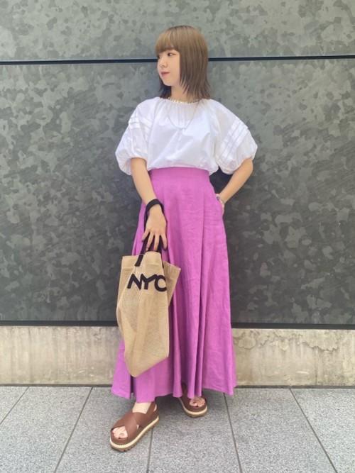 シルク混で上質な質感のボリュームスリーブに、パッと目を引く綺麗なピンクのリネンスカートを合わせ、小物は統一感が出るようにベージュでまとめました。
