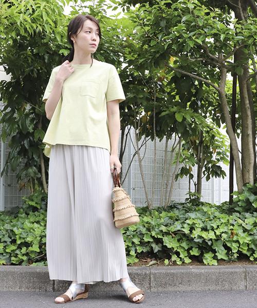 【ONIGIRI】 ゆるやかに広がるAラインシルエットのTシャツ。 ゆったりとしたサイズ感と、後ろ丈が長いロングテールでナチュラルに腰まわりをカバー。