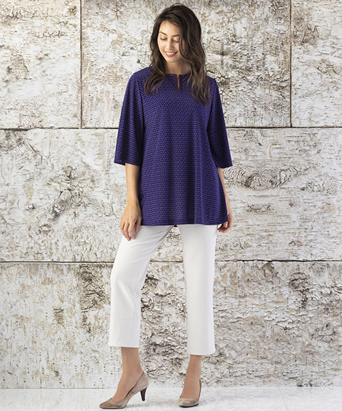 【リリアンビューティ】Lサイズ 幾何ドットプリントがレトロモダンな雰囲気のチュニックスタイル。軽やかなカットソー素材はこれからの季節にピッタリ。 モデル身長:175cm