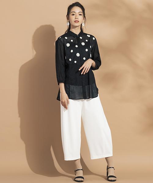 Sサイズを綺麗に着こなす服・小柄さんの魅力を引き出す【リリアンビューティエクラ】 刺繍モチーフを配色したシアー感のあるブラウス。ワッシャー感のある素材でこれからの季節もさらりと快適に。 モデル身長:165cm
