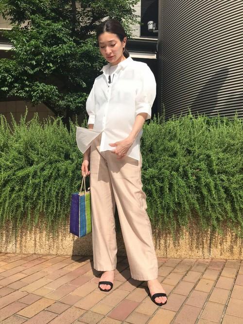透け感のあるシャツにベージュのカーゴパンツは、少し艶のある生地でカジュアルになり過ぎず、大人カジュアルな雰囲気を演出します。
