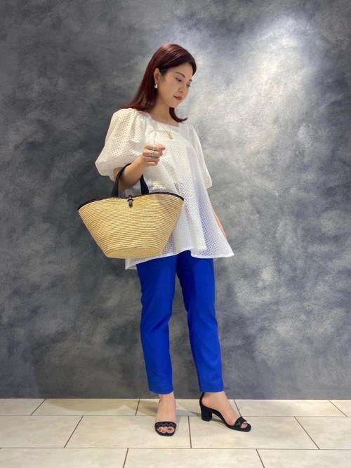 刺繍が施されたパフスリーブが特徴的なブラウスに、鮮やかなブルーのスリムパンツをコーディネートいたしました。