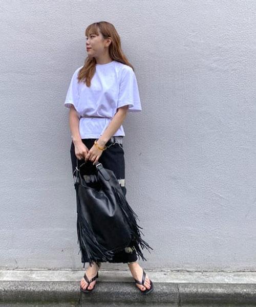 大人のモノトーンコーデ◯ magの一押しスカートをカジュアルにTシャツ合わせで◯ウエストマークする事でバランス良く着れます。 Tシャツはシンプルに見えつつ一癖あるアイテム。バックスタイルがお洒落見えします! トングサンダルで足元は抜け感を、フリンジバッグはコーデのポイントになり、たくさん入るので普段使いにもオススメです!