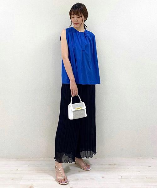 清涼感と上品さを兼ね備えたブルー。 美しい光沢感が魅力の鮮やかなブルーのブラウスに軽やかなプリーツパンツを合わせて、夏を感じさせるスタイリングに仕上げました。 小物はホワイトで揃えてクリーンな印象に。