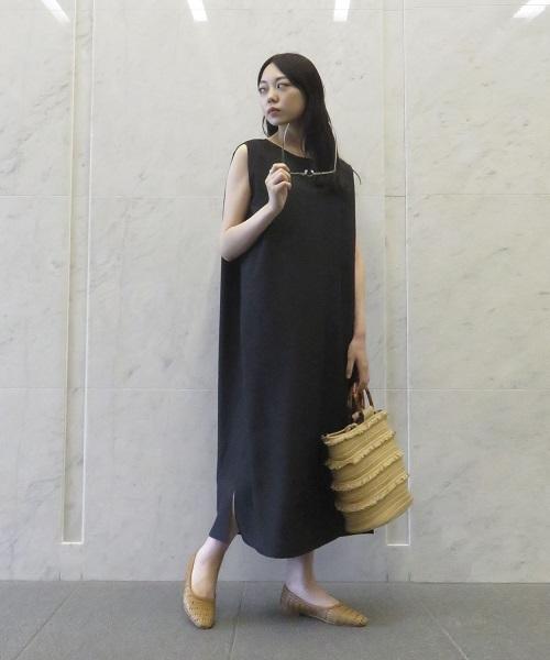 【コムサイズムレディース】 一枚でサマになる、楽ちんなワンピースは 夏に最適。 黒なら、シックで上品な着こなしに。
