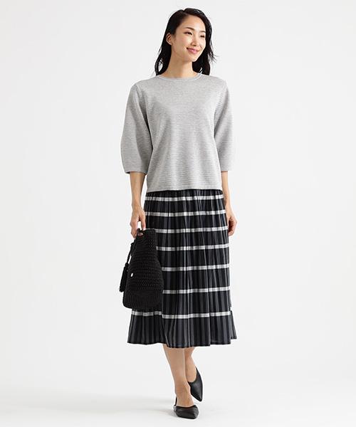 立体的な編地のピンタックを全体に施したニットプルオーバーです。 袖は膨らみを抑えたボトル型で、重ね着してもごろつかないサイズにしています。