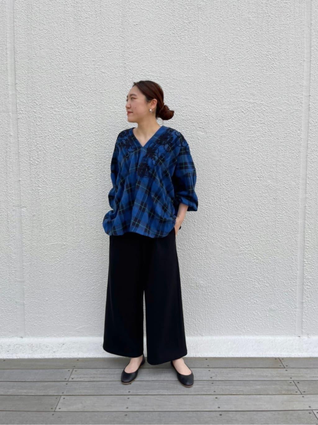 【tops】着用サイズ :F  衿元にペイズリーとフラワー刺繍を手で施した特別感のあるブラウス。  お尻が隠れるゆったりの着丈ですが、 前後Vネックなので首周りがすっきりとした印象に。  伸縮性:なし 透け感:なし 裏地 :なし 光沢感 : なし   【pants】着用サイズ:1  ぽこぽこしたコットンブークレー素材のパンツ。  定番のウエストリブシリーズでゆったり、ジャージ感覚で着られます。  164cmの私で1サイズを着ると足首にかかる着丈です。  伸縮性:あり 透け感:なし 裏地 :なし 光沢感 : なし   【shoes】着用サイズ : 37(普段24.5)  シンプルなデザインのフラットシューズ。  レザーが柔らかく足によくフィットしてくれるので とても履きやすいです。  FABIO RUSCONI / ファビオ・ルスコーニ