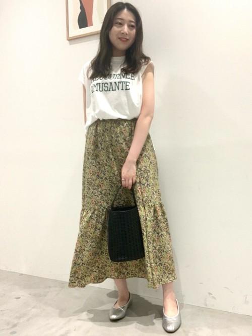 エアリー感のあるティアードスカートにカットソーを合わせることでカジュアルな印象に。