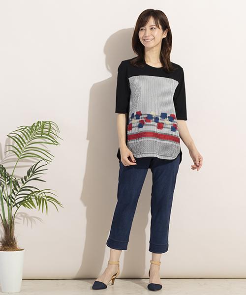 こだわりのジャガードを使ったTシャツは1枚で着映えるアイテム。デニムパンツと合わせてカジュアルに着こなして。