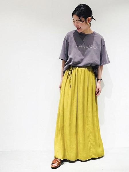 【ONIGIRI】長めの袖丈で、ニュアンスカラーが旬なイメージ。 スカートと合わせて、女性らしくスタイリングしました。 チャコールと、マスタードカラーの相性も抜群!