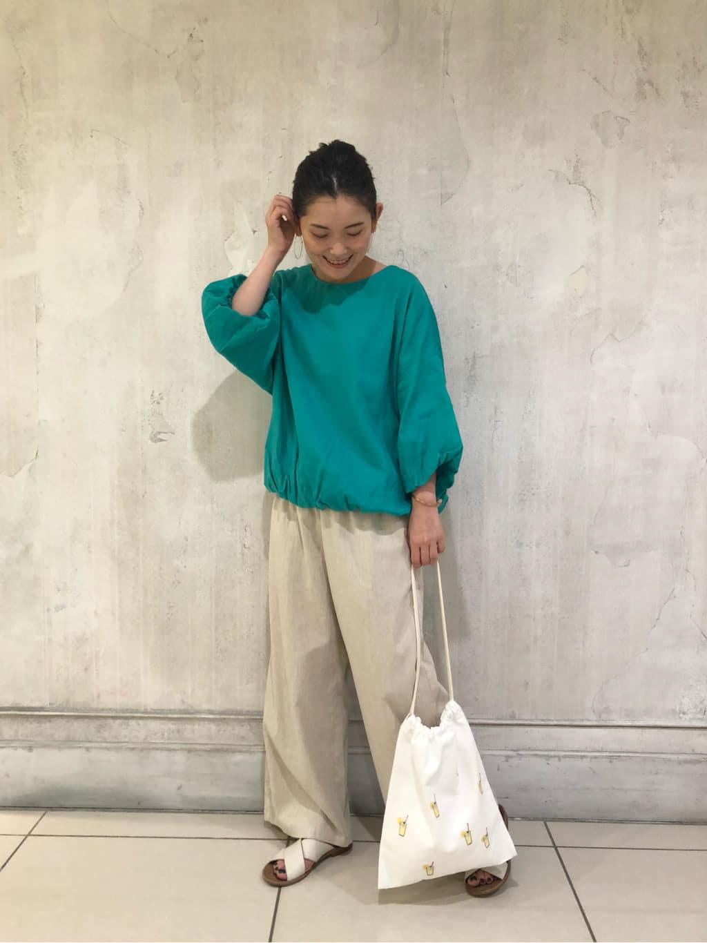 【blouse】着用サイズ Fsize 鮮やかなグリーンが目を惹くバルーンブラウス  後ろのデザインボタンがポイントに 袖口と裾にたっぷりとギャザーを寄せふんわりとしたシルエットが女性らしい  リネン素材なので袖丈があっても涼しく着ていただけます。  洗濯   :手洗い可 透け感 :なし(白のみあり) 裏地  :あり  【pants】着用サイズ 0size リネン混のサッカー生地を使用したワイドパンツ  軽くて、肌に纏わり付きにくく真夏に涼しく着ていただけます。 ウエストがゴムなのでストレスなく穿けるアイテム  これからの時期にオススメです。  洗濯 :手洗い可 透け感:多少あり 伸縮性:多少あり(ウエストのみ)  【bag】 レモネード刺繍を散りばめたオリジナルミニバック  巾着型なので、ちょっとしたお出掛けやポーチとしてもお使いいただけます。  【sandal・accessory】sample