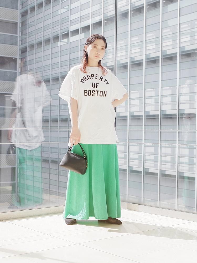 身長:153cm / 普段サイズ:S  ◆ Tシャツ 着用サイズ:ONE SIZE 【サイズ感】 ビッグシルエットのカレッジロゴT。 全体的にゆとりがあり、袖も長めなので捲って着用するのもオススメ! 秋口にはロンTと重ね着しても合わせやすくてオススメです◎ 【素材感・着心地】 デニムと合わせてカジュアルに、綺麗めなスカートとも相性◎ ロゴをアクセントにいろんな組み合わせを楽しんで頂けます! ◆ スカート 着用サイズ:ONESIZE 【サイズ】 ゆったりとしたリラックスできるサイズ感。 ウエストはやや広めでした。 【素材感・着心地】 しなやかで柔らかさのあるアメリカンコットン使用。 発色も綺麗なので差し色にオススメです^^