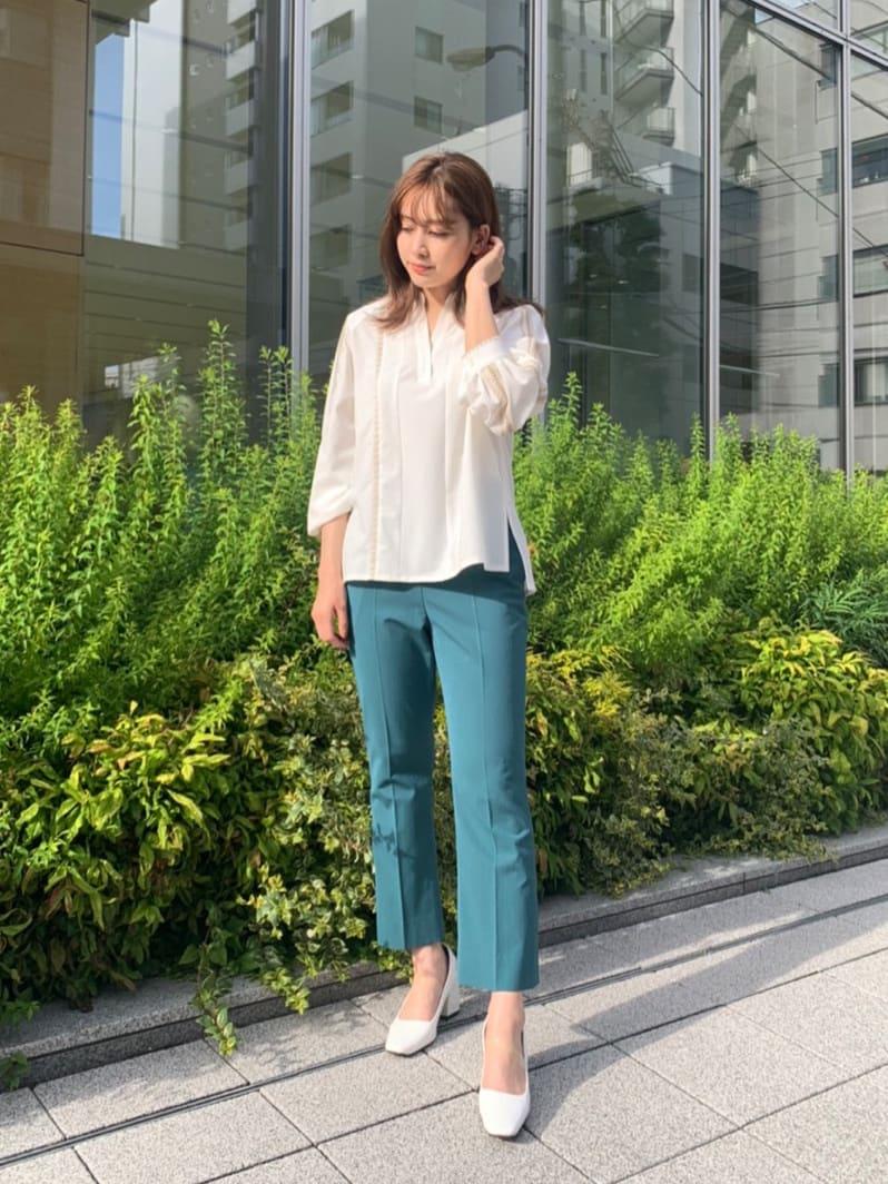 シンプルながらも、ステッチのデザインがアクセントなシャツです! 軽くサラッとした生地感なので、真夏の冷房対策や日焼け対策にもおすすめです! パンツは裾に向かって広がったフレアシルエットのパンツで、おしゃれかつ、脚を綺麗に見せてくれますよ!