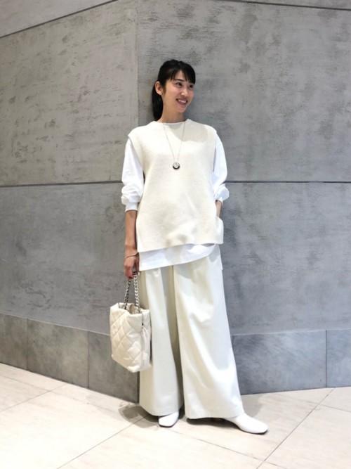 アゼニットを主役としたホワイトコーディネートです。全体的にゆったりとしたシルエットでカジュアルな印象ですが、色合いをまとめる事で上品さがでます。また、ショートブーツと合わせる事により、大人っぽく着こなせるのでオススメです。