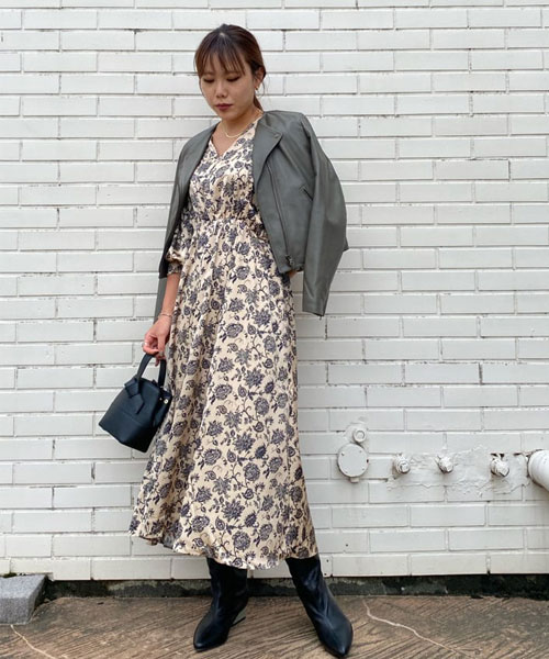 綺麗めなワンピースをライダースとロングブーツで少しカジュアルに合わせたデートコーディネート◎ ワンピースはサテン地で艶があり、綺麗めな印象で女性らしく着ていただけます。 ライダースジャケットは質の良いラムレザーなので、柔らかくて着やすく、長く愛用して頂けます。めずらしいカーキのカラーです。 お洋服にナチュラルに合わせやすいので、私オススメカラーです◎ 今年も流行りのロングブーツはヒールのカラーがポイント。こちらも柔らかくて履きやすいので是非◯