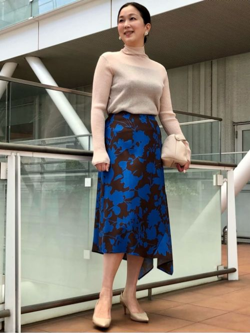 青とブラウンの配色が目をひくプリントスカートを使い初秋のコーディネイト。遊び心のあるアシメントリーなスカートは動くたびに揺れる様がエレガント。シアー素材のハイネックニットは、取り入れれば即トレンド感を出してくれるお勧めのアイテムです。  玉川高島屋SC