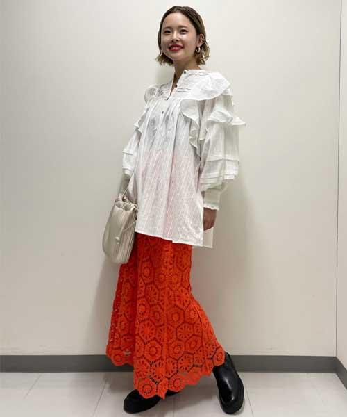 白とオレンジで足元を黒のショートブーツにすることで締まるのでぼやけすぎないコーディネートです!シャツは前開きにもなるのでロゴTシャツなどとレイヤードしても可愛いアイテムです◎オレンジのスカートは丈感がしっかりあるので派手カラーでもキツく見えすぎずに着て頂けます◎
