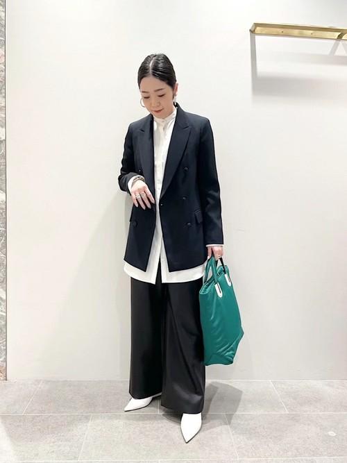 重くなりがちなジャケットスタイルもホワイトの分量を増やし、ポイントになるグリーンのバッグを合わせることでモードな雰囲気のトラッドスタイルを意識してみました。