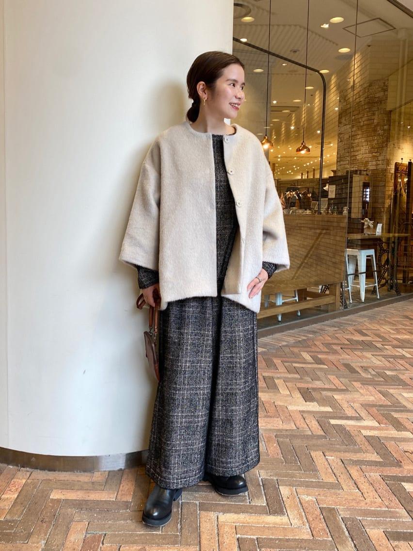 【コート】着用サイズ:F ふわっとした毛足が長めのシャギーコート。 袖は広めにとっているので、ボリュームのあるトップスの上からも着られるのが嬉しいポイント◎ 152cmでお尻が隠れる着丈です。  裏地 : あり  【トップス】着用サイズ:F グレンチェックの柄のプルオーバーブラウス。 ループ糸で生地を織っており、ポコポコした立体的な味のあるグレンチェックの生地に スカラップ上にカットした裾がアクセントに。 同じ生地でチェックパンツもご用意しているので、セットアップでの着こなしもおすすめ。  伸縮性 : あり 透け感 : なし 裏地  : なし  【パンツ】着用サイズ:F グレンチェックが素敵なパンツ。 長めの着丈ですがウエスト部分にリボンがついており、ハイウエストで縛ると小柄な方も安心して着られます。 スカラップのセットアップでのコーディネートがおすすめ◎  伸縮性 : あり 透け感 : なし 裏地  : なし  【シューズ】 FABIO RUSCONIのシューズに新しいデザインが登場。 ゴツメのデザインがおしゃれでおすすめ◎ 足首も柔らかい為とても履きやすいです。  【バッグ】harbour2nd 携帯やカードケースなどちょっとした物を入れるのにおすすめ。 持ってるだけで少しお洒落さが増すバッグです。