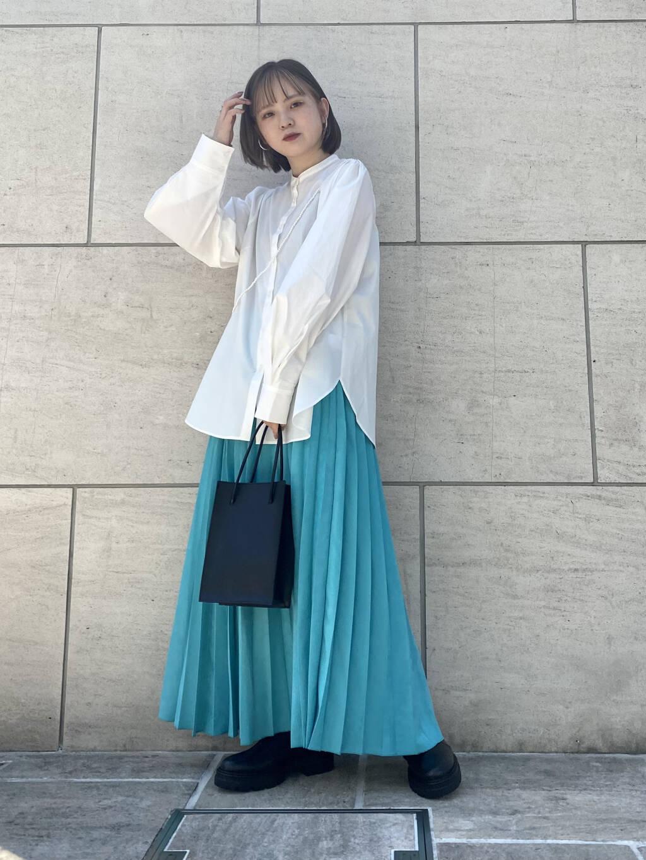 細かいプリーツと程よいボリューム感で大人な印象に仕上がるプリーツスカート◎ ぱきっとしたBLUEはどんなアイテムと合わせても洒落感がでるお色味です! シャツもお袖のボリューム感が他にはないデザインとなっております!
