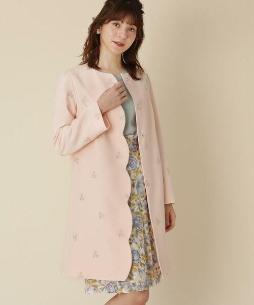 お花の刺しゅうを全面にちりばめた春らしいコートの登場です。お出かけが楽しくなるシーズナルな1着です♪