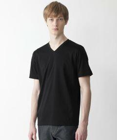 【こだわりの生地で作り上げたメイドインジャパンのVネックTシャツ】<br /><br />シンプルなデザインでありながら、素材・シルエットにこだわった高品質Tシャツ。首元の開きも細かく調整し、ジャケットのVゾーンにも合わせやすいデザインになっています。袖口裏にクレストブリッジチェックを使用する事で、折り返した際チェックが見えスタイリングのアクセントになります。インナーとしてデイリーに着回せる一着です。<br /><br />素材には59/1の甘撚りインド超長綿を使用。毛羽が少なくふくらみがあり、ヌメリ、上品な光沢のある生地に仕上がっています。これをスムース地に編み上げる事で、滑らかな表面感を作り出し、多くの工程による特殊な加工を時間をかけて施すことで風合いをさらにアップさせています。<br /><br />素材から縫製まで日本で丁寧に作り上げたメイドインジャパンのカットソーです。<br><br>Model:186cm Size:L