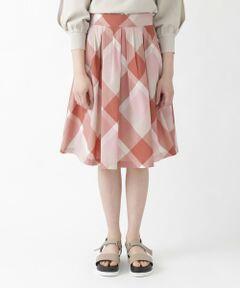 ◆ブルーレーベルらしさ満点のクレストブリッジチェックスカート<br /><br />【Design】<br />ふんわりと広がるガーリーなタックスカートです。<br />細かいタックを沢山入れることでお腹がすっきり見えるデザインです。<br />裾にかけてボリュームを持たせたガーリーなシルエットがポイントです。<br /><br />【Styling】<br />同色のクレストブリッジチェックを部分使いしたニットが相性抜群でブルーレーベルらしいかわいさ満点のスタイリングになります。<br /><br />【Fabric】<br />トレンドのハリ感のある素材です。<br />西脇産地で生産されたMADE  IN JAPANのオリジナル素材です。
