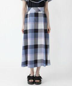 ◆クレストブリッジチェックが華やかなマキシスカート<br /><br />【Design】<br />マキシレングスのスカートです。<br />適度な落ち感のある軽い素材で、抜群の着心地です。<br />後ろ身頃でセットされたレースアップの細リボンは、前で結んだりアレンジして着用頂けます。<br /><br />【Styling】<br />カジュアルなカットソーからきれいめのブラウスまでどんな無地トップスとも合わせやすい一枚です<br />同素材のブラウスと合わせてワンピースのように着用頂くのもおすすめです。<br /><br />【Fabric】<br />表面の毛羽立ちを極限まで押さえたきれいな糸で、究極の膨らみと強度、軽さを持ちながらレーヨンのドレープ性と光沢も兼ね備えた素材です。<br />尾州産地で生産されたMADE IN JAPAN素材です。<br><br>Model:171cm Size:38