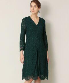 <br /><br />【デザイン説明】<br>ほぼ全面にレースをあしらったゴージャスなドレス。<br>スカートのボックスプリーツの影、ひだの別布もポイントになっています。<br>長袖なので一枚でも着やすいデザインです。<br>2wayダブルクロスのジャケット( M5E01209 )にも、ウエストの切り替え部分をより綺麗に引き立ててくれて、よく合います。<br><br>【素材説明】<br>1850年創業のフランスのリバーレースメーカーAndre Laude社からのインポート素材を使用しています。<br>160年の歴史を持つファクトリーでオートクチュールを中心に多くのブランドで使用されています。<br>メーカーとしても歴史がありますが、レース機も100年以上前の織機をずっと受け継いで使用し、他では作ることの出来ない当時からの美しいリバーレースです。<br>今回使用するレースは組成により染め分けをし、繊細で奥行のある柄を表現しています。<br><br>【着用推奨シーズン】オールシーズン<br /><br />モデル(下部ディテール画像):H170 B78 W59 H88 着用サイズ:40