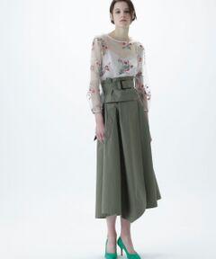 ハリのある高密度のツイル素材を使用したトレンチスカート。トレンチディテールで仕立てたベルトや素材を使用した、オリジナリティ溢れる一着です。ベルトは単独でも使用可能で、3wayとしてアレンジ力にも優れた拘りデザイン。たっぷりと贅沢にデザインしたフレアーシルエットが女性らしさを惹き立て、優美なフォルムを生み出します。立体感あるイレギュラーシルエットが目を奪う、コーディネートの主役になる一着。