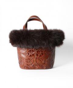 取り外し可能のフォックスファーが付いたカービングバッグ。Maestra等とは異なり、優しい印象の小花柄もポイント。